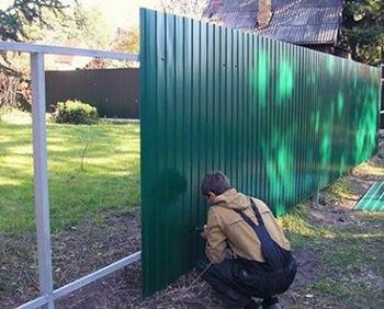 Забор из профнастила для ограждения строительных объектов