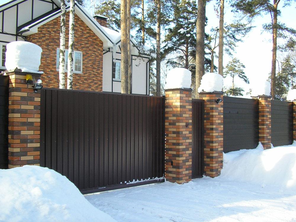 Забор из профильного настила против деревянного